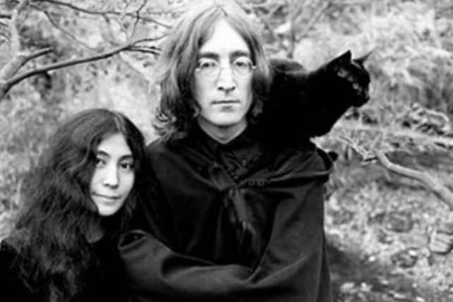 Yoko Ono e John Lennon e il gatto nero