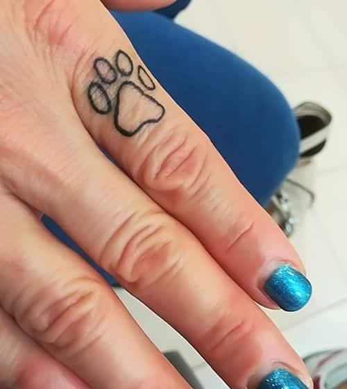 tatuaggio impronta zampa gatto sul dito
